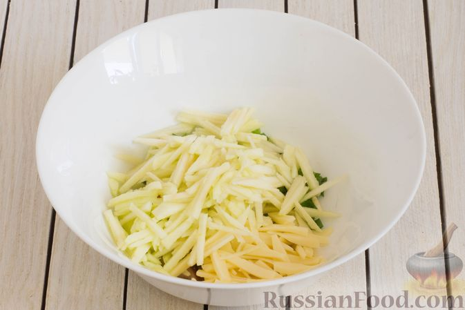 Фото приготовления рецепта: Салат с яблоком, маринованными маслятами и сыром - шаг №5