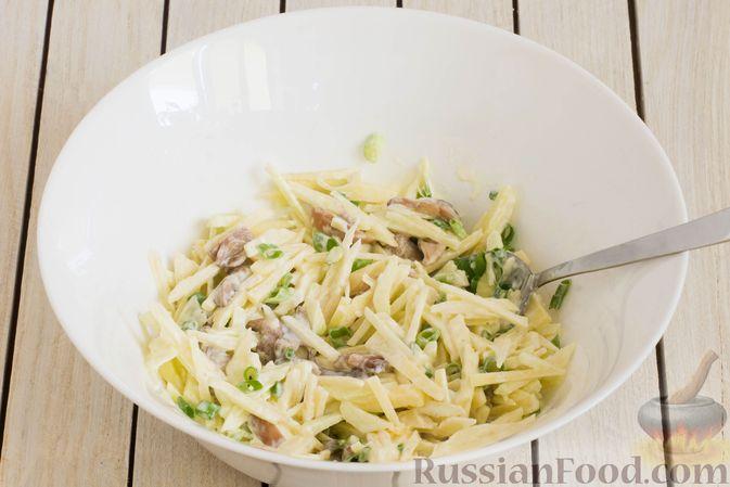 Фото приготовления рецепта: Салат с яблоком, маринованными маслятами и сыром - шаг №6