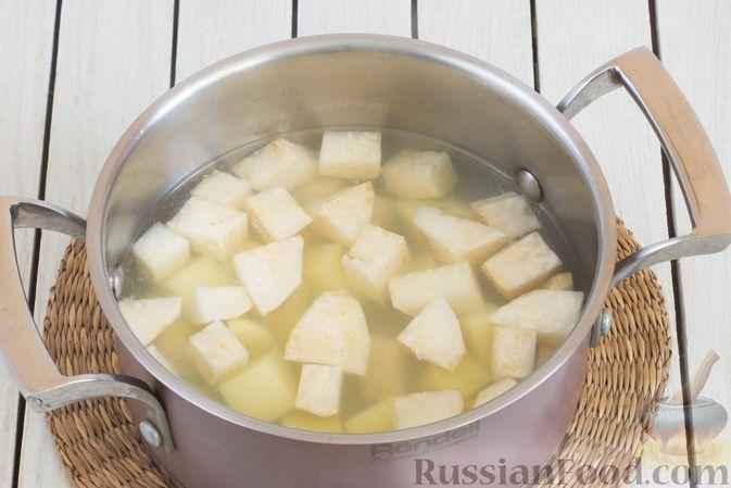 Фото приготовления рецепта: Пюре из сельдерея и картофеля - шаг №3