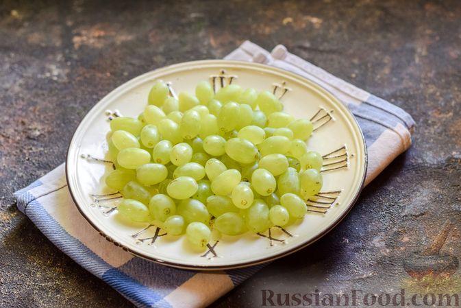 Фото приготовления рецепта: Зелёный смузи с виноградом и огурцом - шаг №2