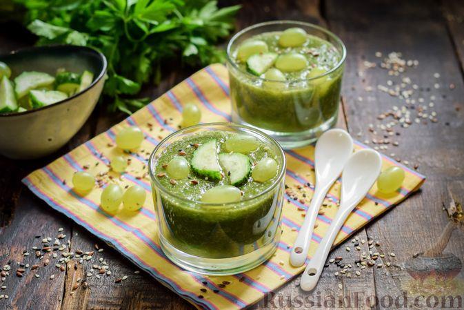 Фото приготовления рецепта: Зелёный смузи с виноградом и огурцом - шаг №7