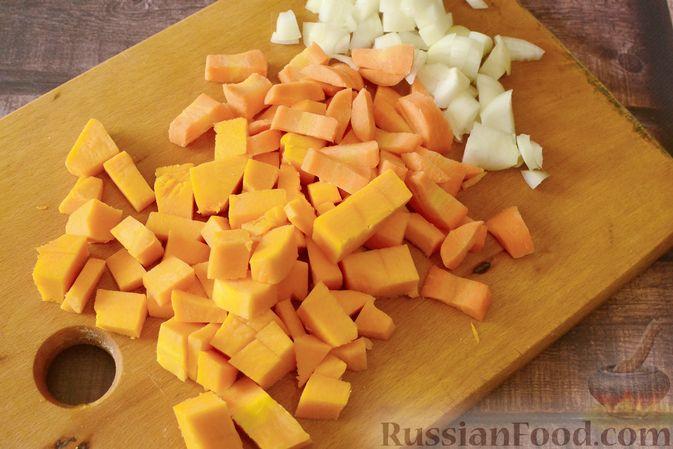 Фото приготовления рецепта: Суп-пюре из тыквы с цветной капустой и чесночной заправкой - шаг №2