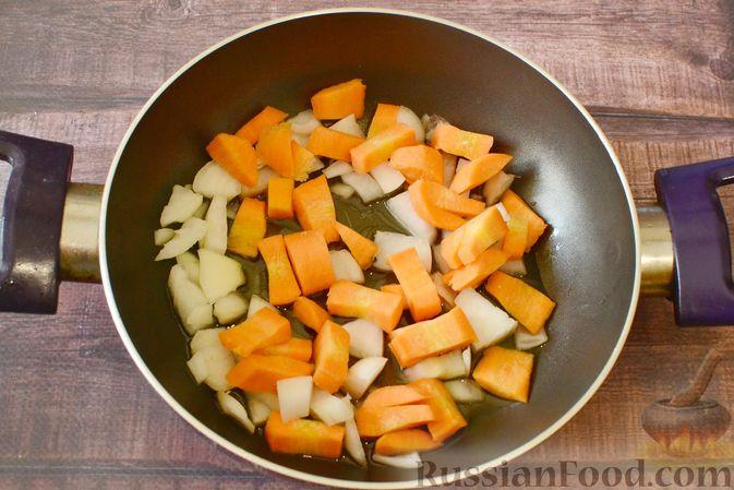 Фото приготовления рецепта: Суп-пюре из тыквы с цветной капустой и чесночной заправкой - шаг №3