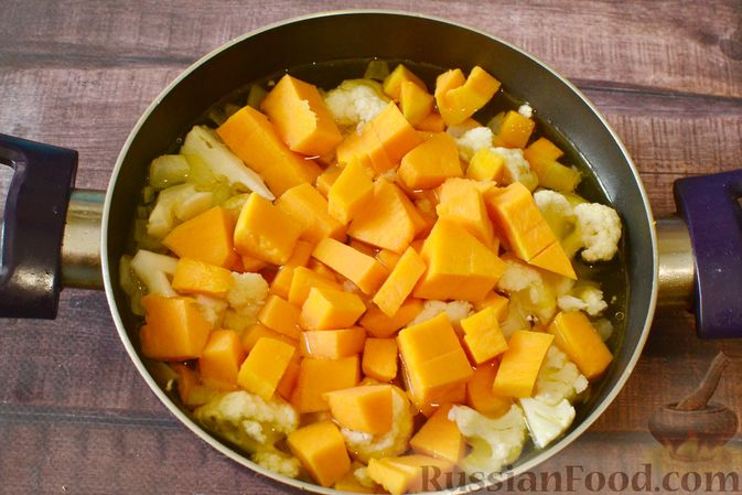 Фото приготовления рецепта: Суп-пюре из тыквы с цветной капустой и чесночной заправкой - шаг №6