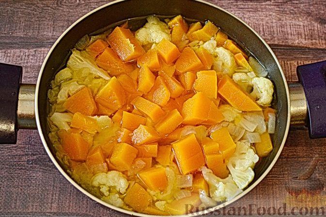 Фото приготовления рецепта: Суп-пюре из тыквы с цветной капустой и чесночной заправкой - шаг №10