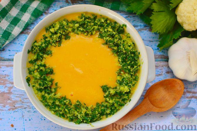 Фото приготовления рецепта: Суп-пюре из тыквы с цветной капустой и чесночной заправкой - шаг №14