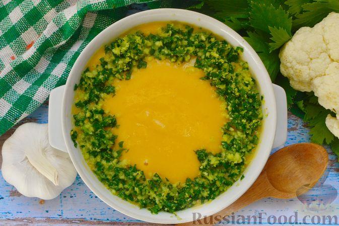 Фото приготовления рецепта: Суп-пюре из тыквы с цветной капустой и чесночной заправкой - шаг №15