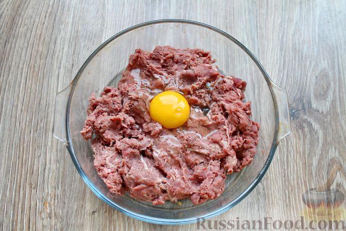 Фото приготовления рецепта: Котлеты из говядины с тыквой, запечённые в духовке - шаг №3