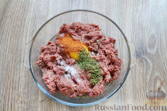 Фото приготовления рецепта: Капуста, тушенная с мясом, грибами и айвой - шаг №8