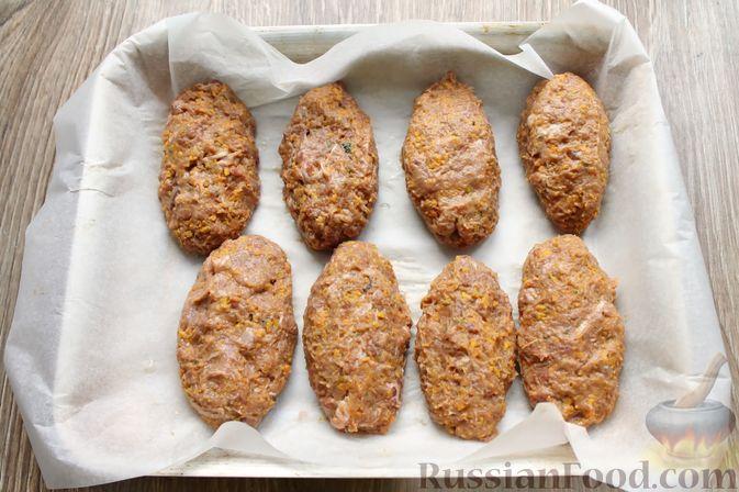 Фото приготовления рецепта: Котлеты из говядины с тыквой, запечённые в духовке - шаг №9