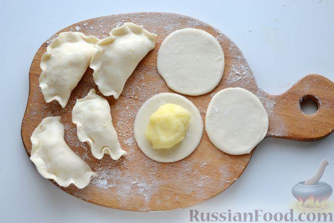 Фото приготовления рецепта: Вареники с картошкой, в томатном соусе - шаг №12