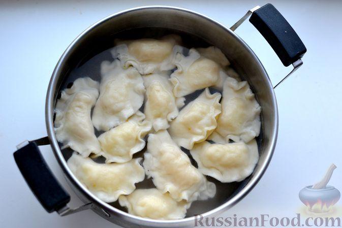 Фото приготовления рецепта: Вареники с картошкой, в томатном соусе - шаг №13