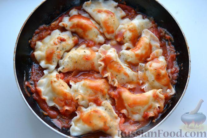 Фото приготовления рецепта: Вареники с картошкой, в томатном соусе - шаг №14