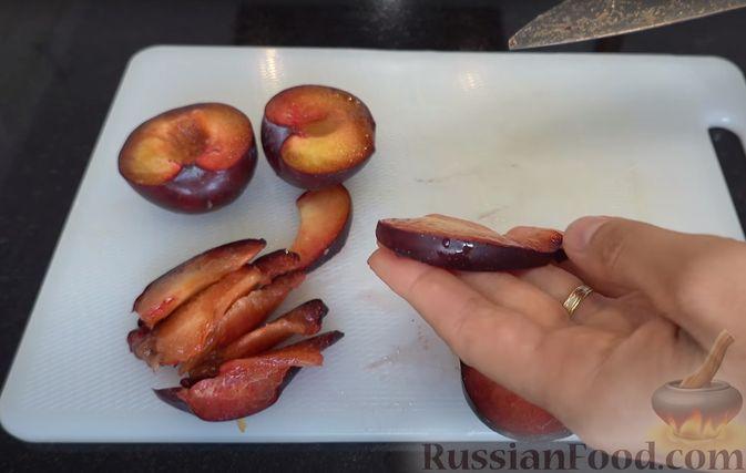 Фото приготовления рецепта: Пирог-галета со сливами - шаг №4