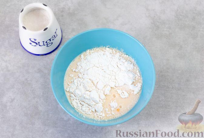 Фото приготовления рецепта: Сладкий омлет с изюмом и корицей - шаг №3