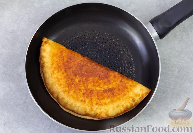Фото приготовления рецепта: Сладкий омлет с изюмом и корицей - шаг №7