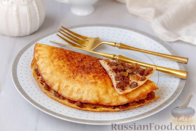 Фото приготовления рецепта: Сладкий омлет с изюмом и корицей - шаг №8