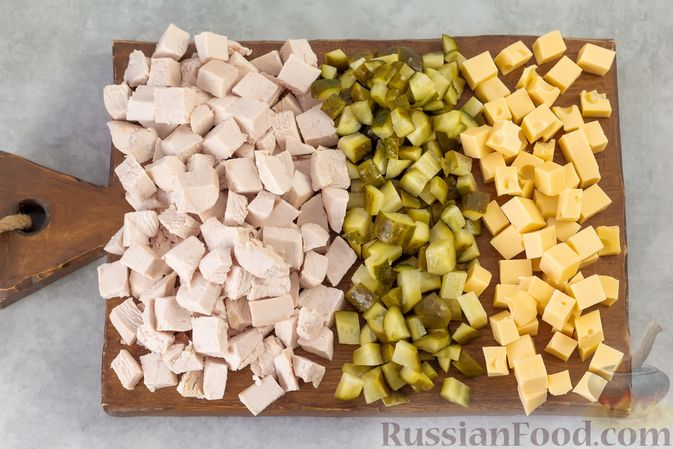 Фото приготовления рецепта: Салат с курицей, маринованными огурцами, виноградом и сыром - шаг №4