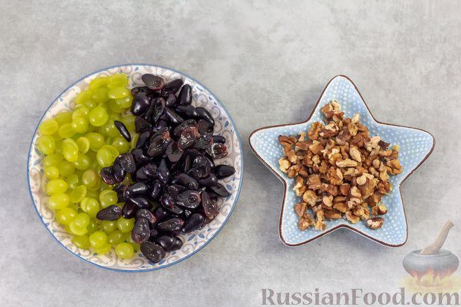 Фото приготовления рецепта: Салат с курицей, маринованными огурцами, виноградом и сыром - шаг №5