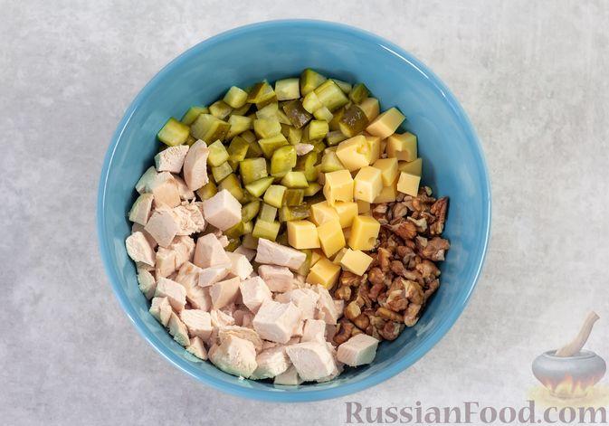 Фото приготовления рецепта: Салат с курицей, маринованными огурцами, виноградом и сыром - шаг №6