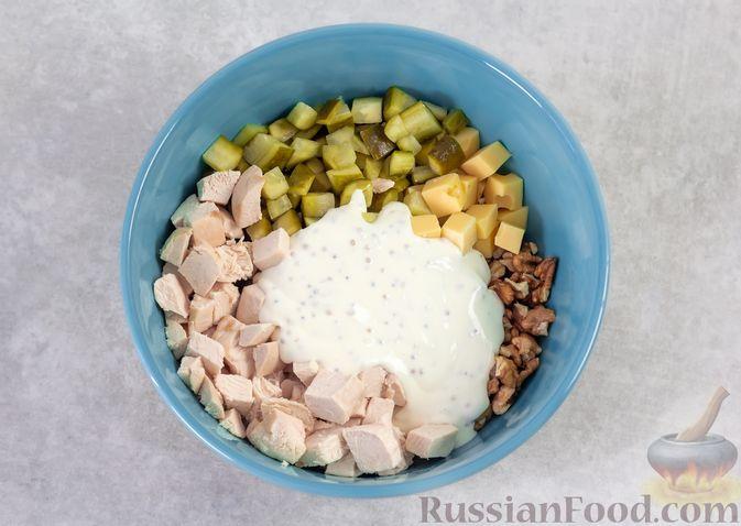 Фото приготовления рецепта: Салат с курицей, маринованными огурцами, виноградом и сыром - шаг №7