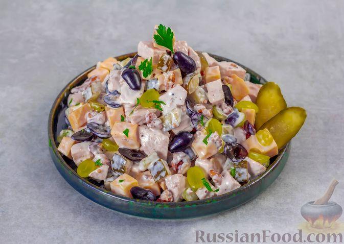 Фото приготовления рецепта: Салат с курицей, маринованными огурцами, виноградом и сыром - шаг №10