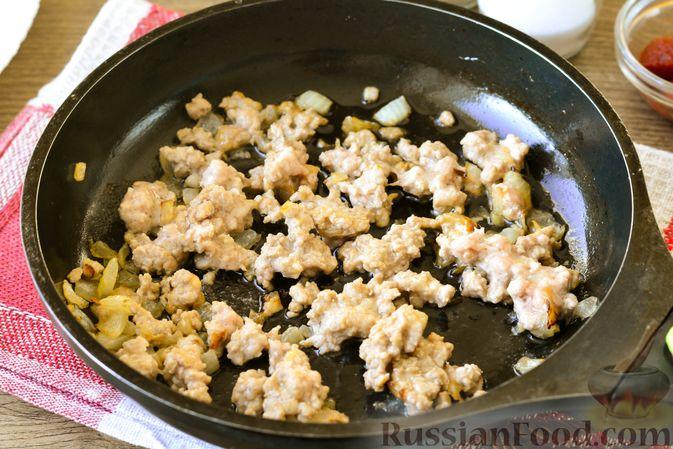 Фото приготовления рецепта: Голубцы с мясным фаршем и картофелем - шаг №9