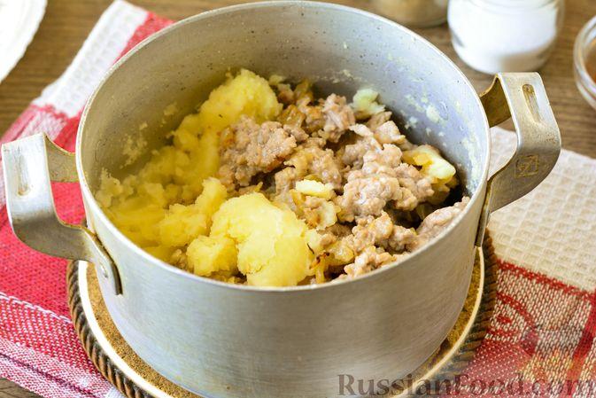 Фото приготовления рецепта: Голубцы с мясным фаршем и картофелем - шаг №10