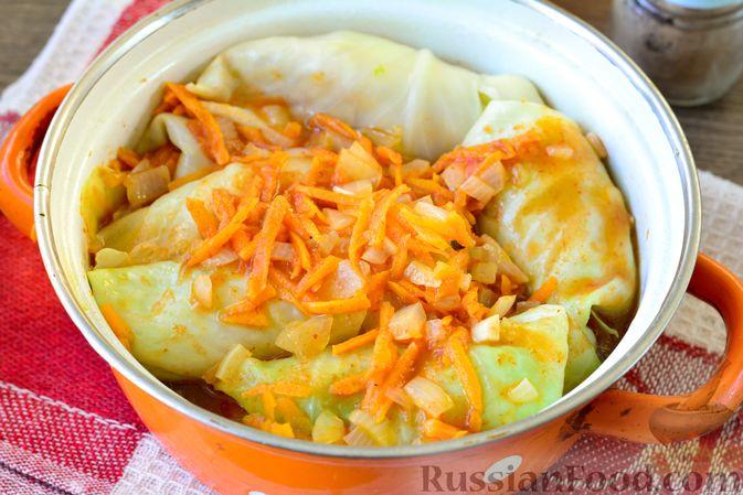 Фото приготовления рецепта: Голубцы с мясным фаршем и картофелем - шаг №18