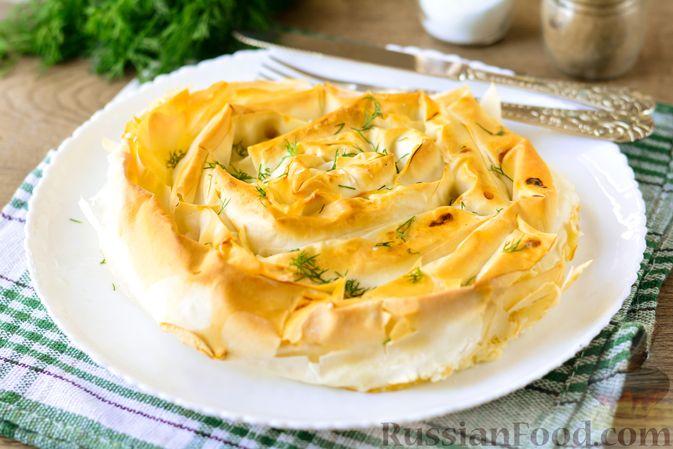 """Фото к рецепту: Пирог """"Улитка"""" из теста фило с начинкой из капусты и варёных яиц"""