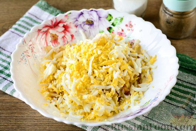 """Фото приготовления рецепта: Пирог """"Улитка"""" из теста фило с начинкой из капусты и варёных яиц - шаг №5"""