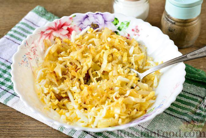 """Фото приготовления рецепта: Пирог """"Улитка"""" из теста фило с начинкой из капусты и варёных яиц - шаг №6"""
