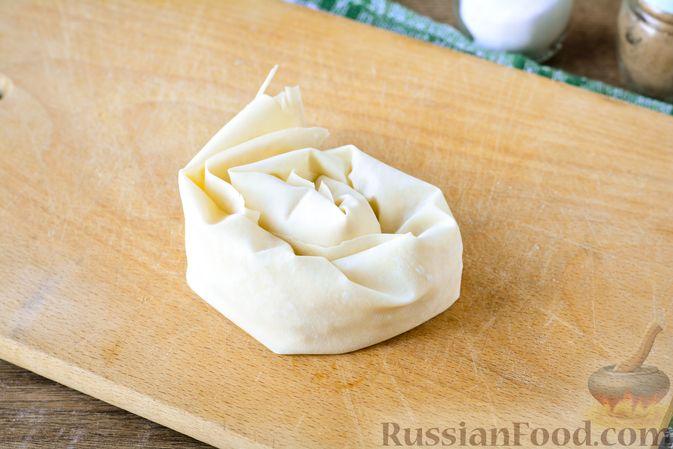 """Фото приготовления рецепта: Пирог """"Улитка"""" из теста фило с начинкой из капусты и варёных яиц - шаг №9"""
