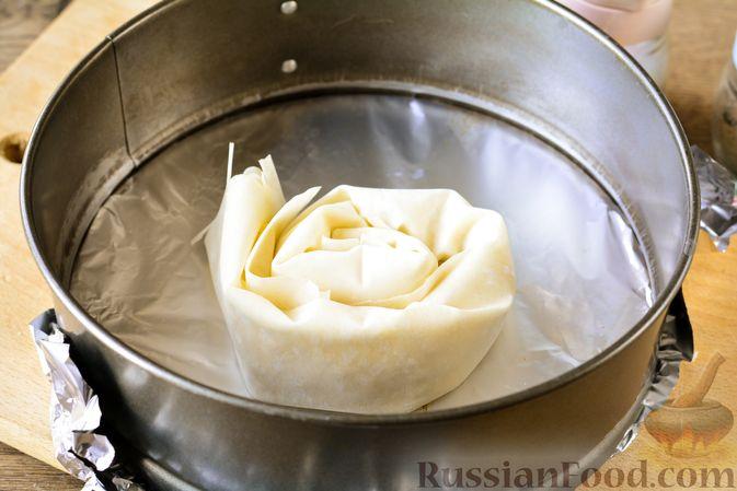 """Фото приготовления рецепта: Пирог """"Улитка"""" из теста фило с начинкой из капусты и варёных яиц - шаг №10"""