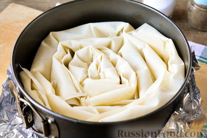 """Фото приготовления рецепта: Пирог """"Улитка"""" из теста фило с начинкой из капусты и варёных яиц - шаг №11"""