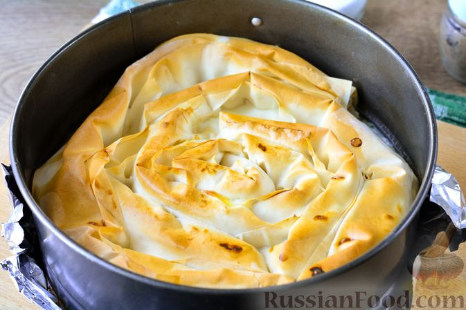 """Фото приготовления рецепта: Пирог """"Улитка"""" из теста фило с начинкой из капусты и варёных яиц - шаг №15"""