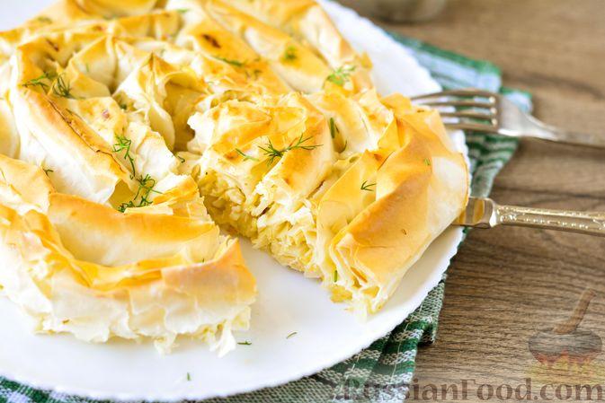 """Фото приготовления рецепта: Пирог """"Улитка"""" из теста фило с начинкой из капусты и варёных яиц - шаг №17"""