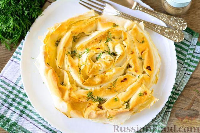 """Фото приготовления рецепта: Пирог """"Улитка"""" из теста фило с начинкой из капусты и варёных яиц - шаг №16"""