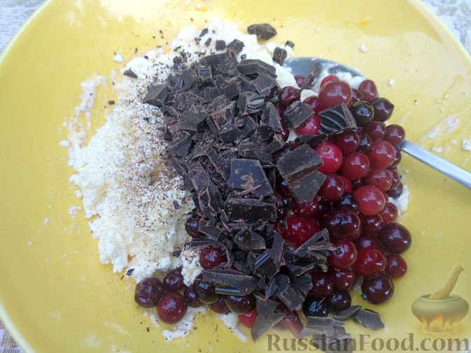 Фото приготовления рецепта: Рулетики из лаваша с творогом, клюквой и шоколадом (на сковороде) - шаг №5
