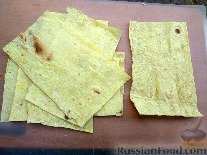 Фото приготовления рецепта: Рулетики из лаваша с творогом, клюквой и шоколадом (на сковороде) - шаг №7