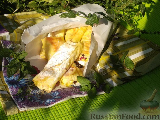 Фото приготовления рецепта: Рулетики из лаваша с творогом, клюквой и шоколадом (на сковороде) - шаг №10