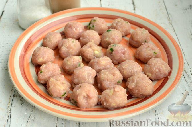 Фото приготовления рецепта: Суп с фрикадельками и брюссельской капустой - шаг №4