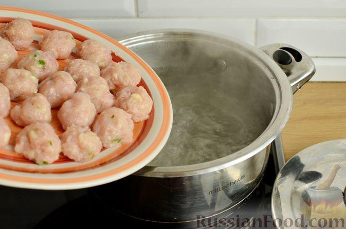 Фото приготовления рецепта: Суп с фрикадельками и брюссельской капустой - шаг №5