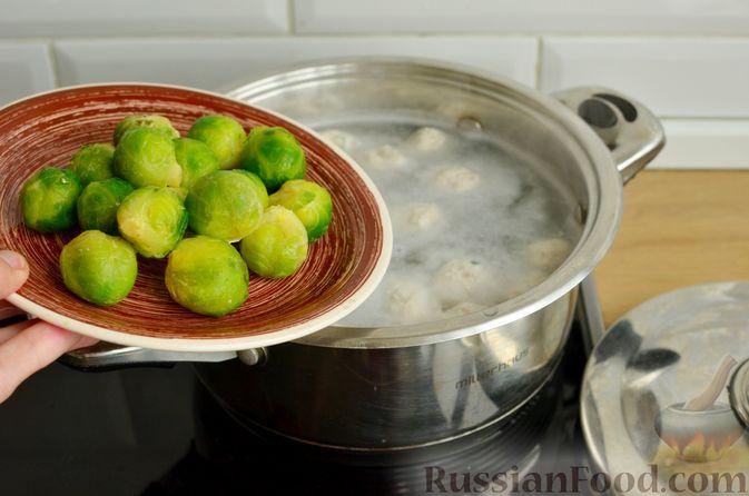 Фото приготовления рецепта: Суп с фрикадельками и брюссельской капустой - шаг №6