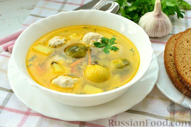 Фото к рецепту: Суп с фрикадельками и брюссельской капустой