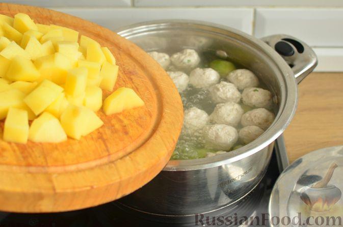 Фото приготовления рецепта: Суп с фрикадельками и брюссельской капустой - шаг №8