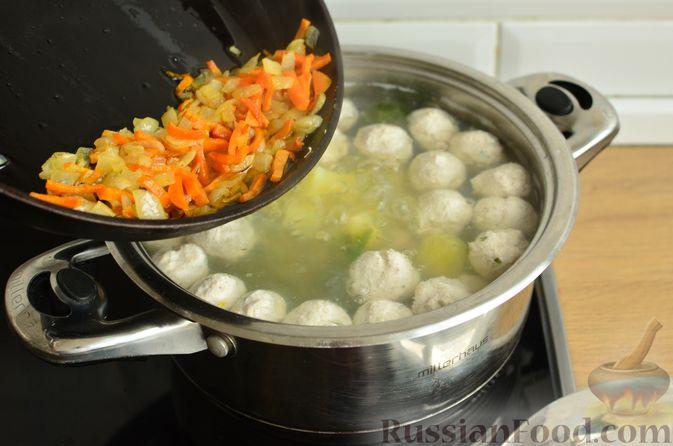 Фото приготовления рецепта: Суп с фрикадельками и брюссельской капустой - шаг №11