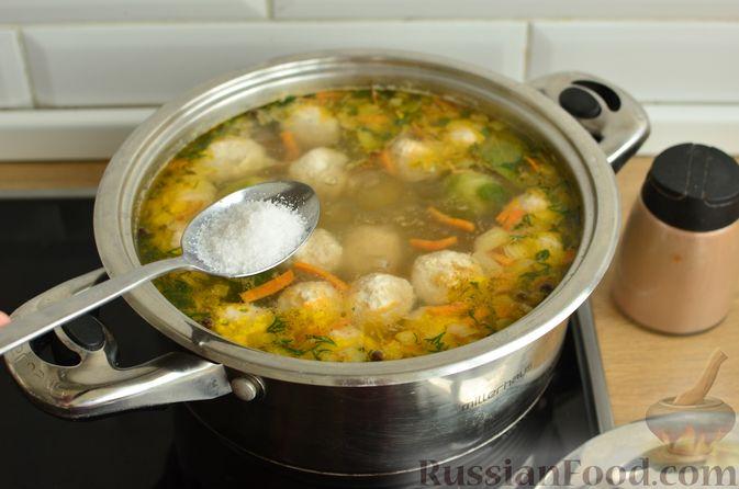 Фото приготовления рецепта: Суп с фрикадельками и брюссельской капустой - шаг №13