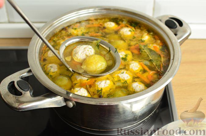 Фото приготовления рецепта: Суп с фрикадельками и брюссельской капустой - шаг №14