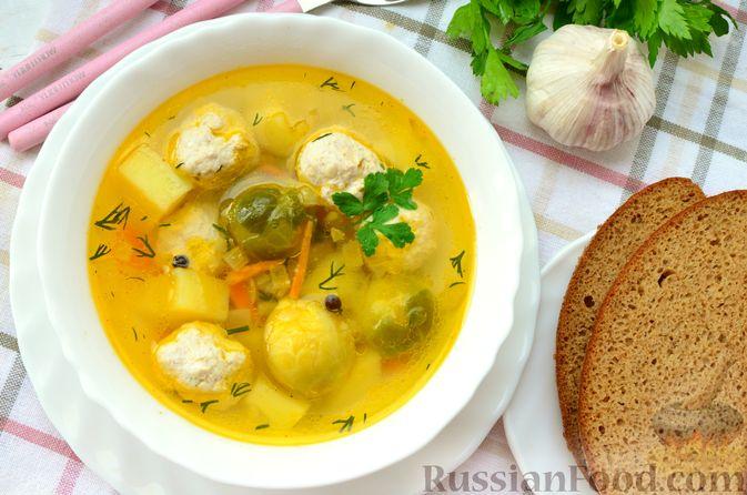 Фото приготовления рецепта: Суп с фрикадельками и брюссельской капустой - шаг №16